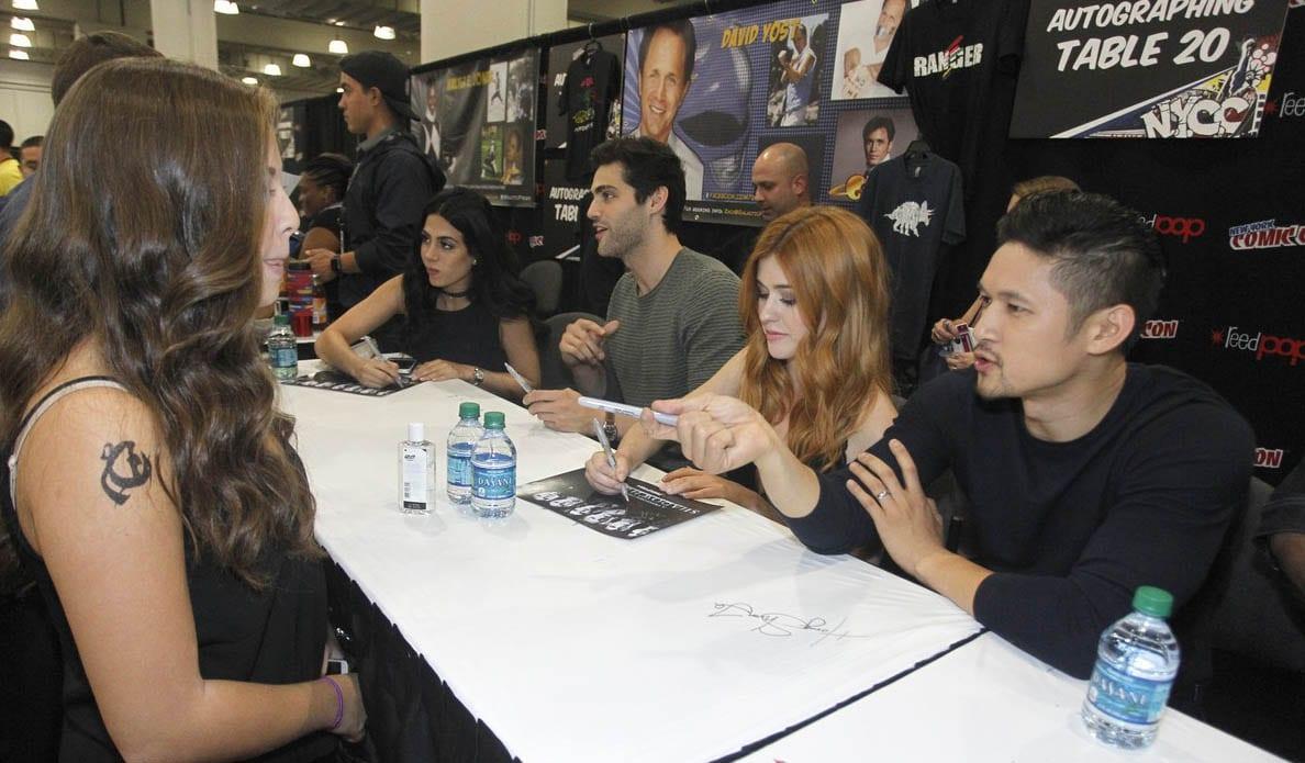 Cazadores de sombras: Los protagonistas firman autógrafos para promocionar su segunda entrega